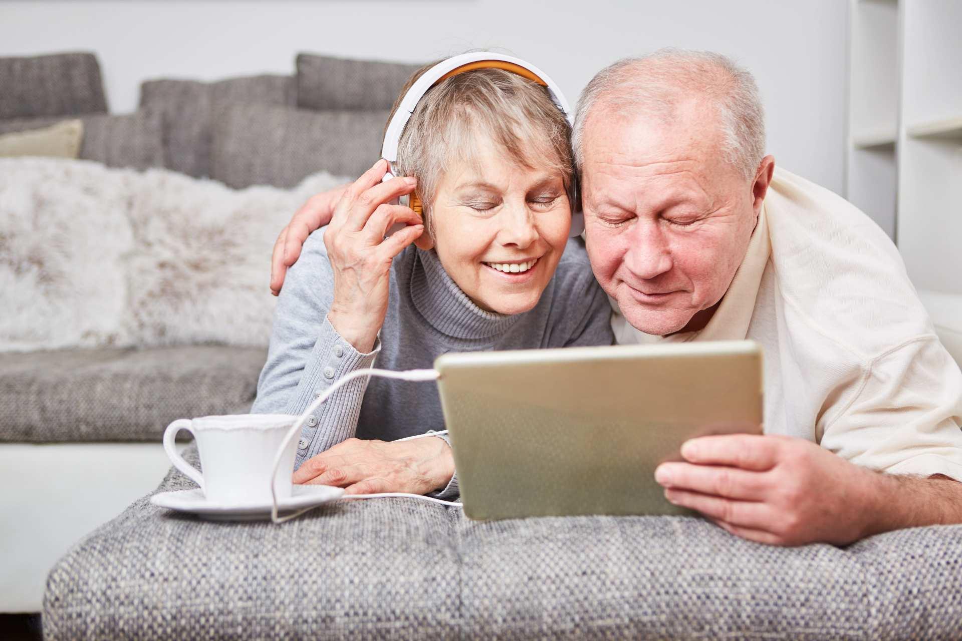 Altes Ehepaar mit Tablet